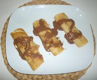 Crepes rellenas de mermelada con chocolate caliente