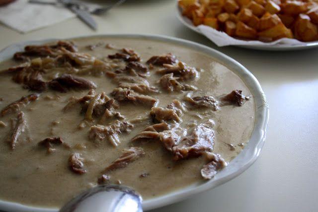 Pierna de Cabrito en Salsa con Patatas Fritas