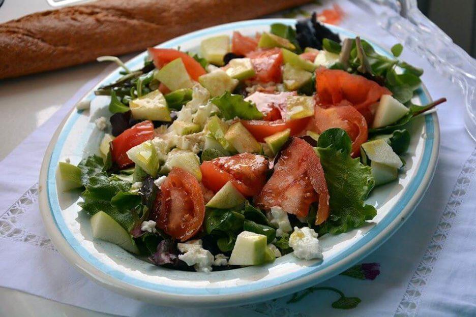 Mari Cocinillas - Ensalada de lechugas variadas, manzana y queso fresco