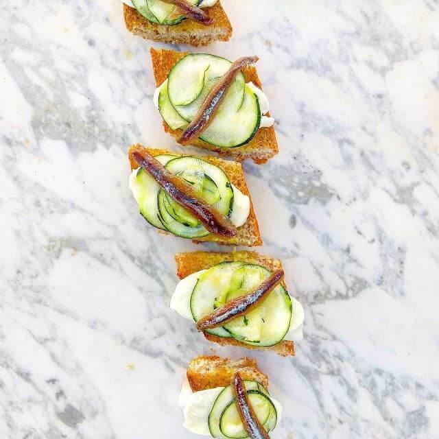 Mari Cocinillas - Tostas de Mozzarella, calabacín y anchoas. Una cena fácil y rica