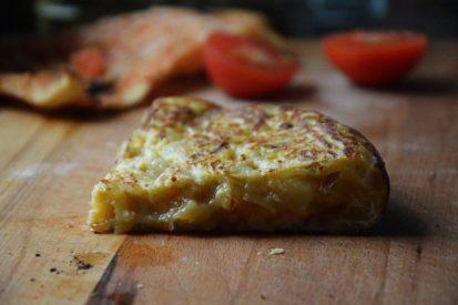 Mari Cocinillas - Tortilla de Patatas con cebolla y jugosa, receta de cocina española