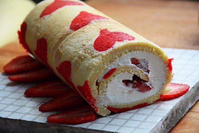 Mari Cocinillas - Brazo de gitano de nata y fresas, recetas para san valentin