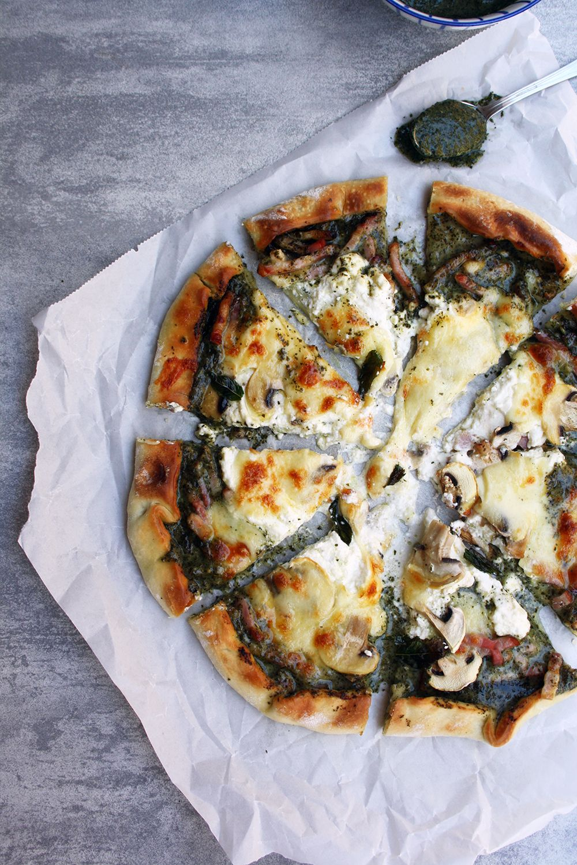 PIZZA DE PESTO, MOZZARELLA, RICOTA, BACON Y CHAMPIÑONES